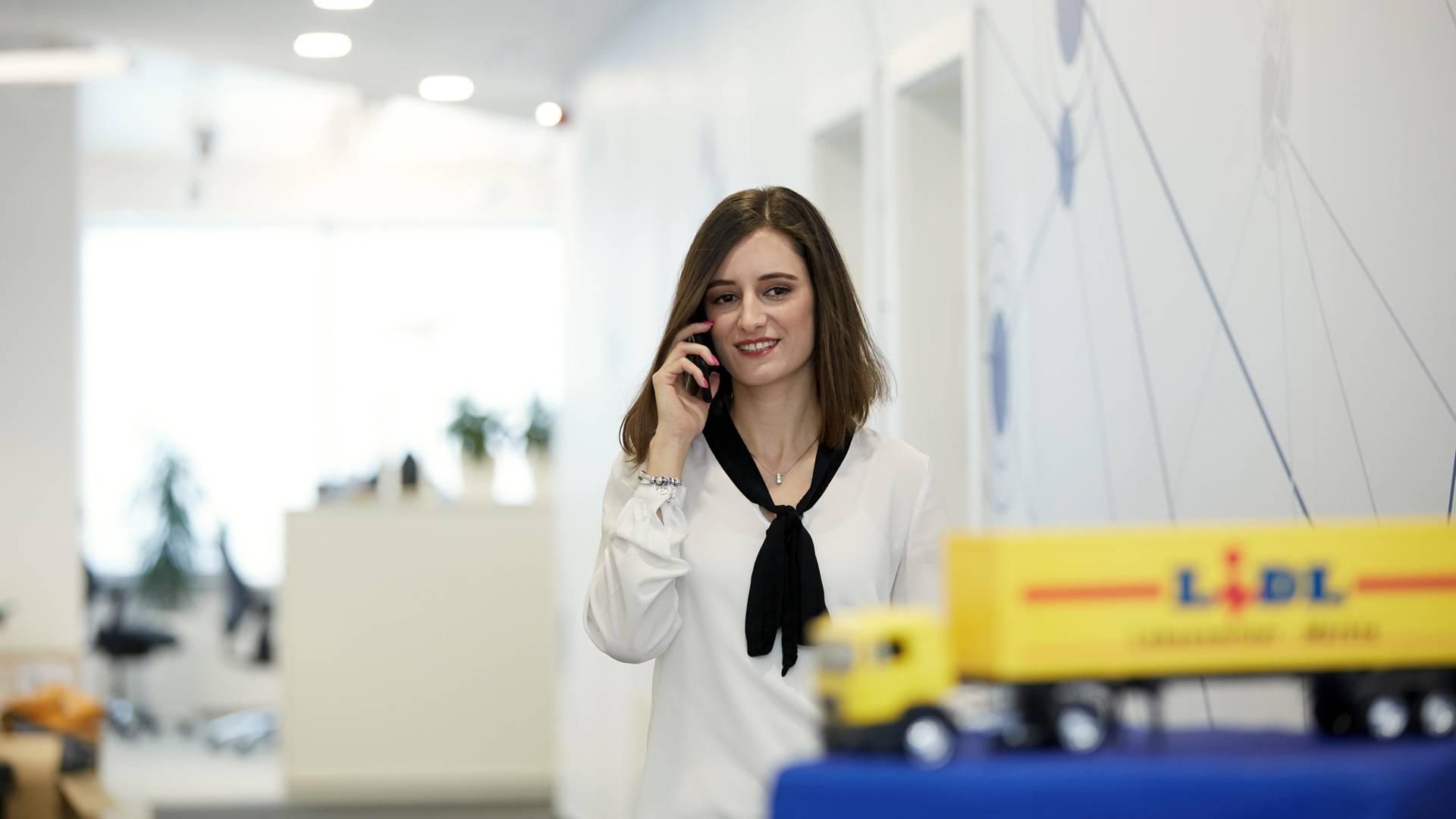 zena telefonuje v praci