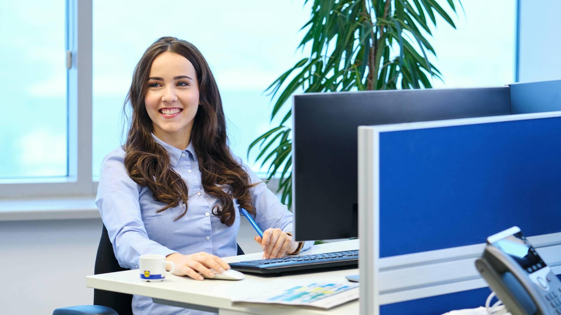 zamestnankyňa v kancelárii pri počítači
