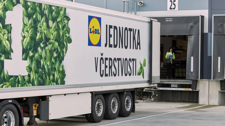 vykladanie tovaru v lidli s lidl kamionom