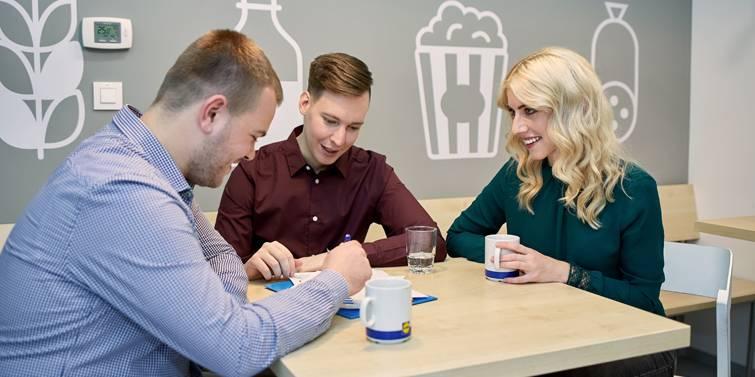 zamestnanci piju kavu v kuchynke
