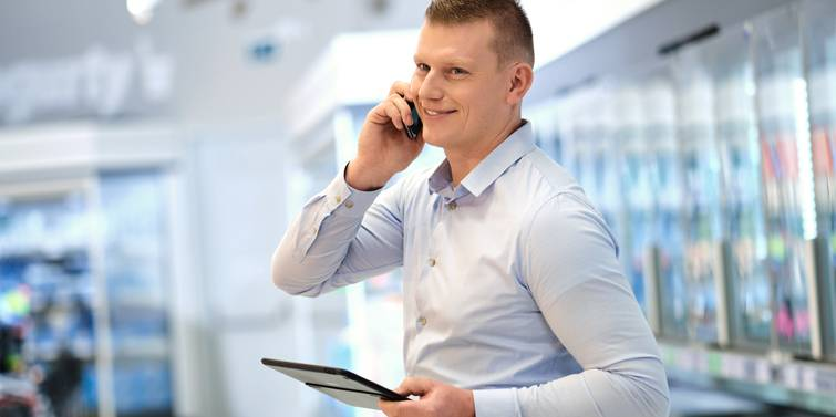 regionálny manažér telefonuje