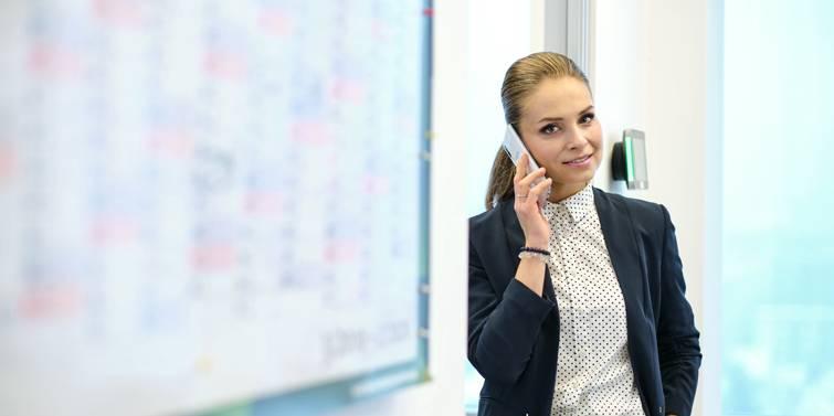 zamestnankyna telefonuje