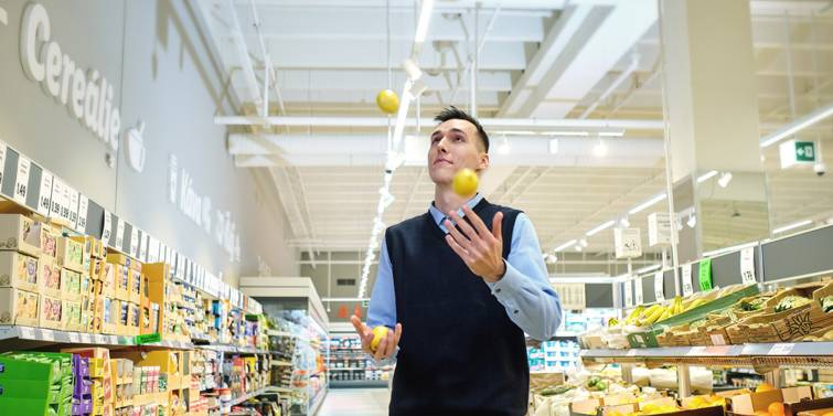 trainee manazer predajne zongluje s citronom