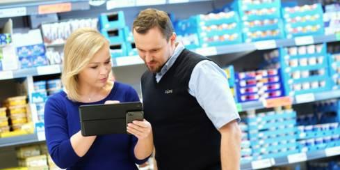 zamestnanci sleduju vysledky v tablete