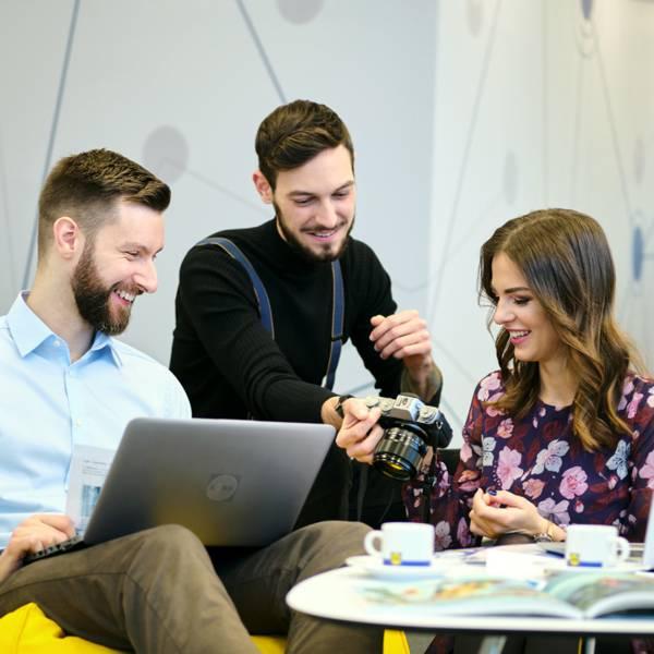 zamestnanci práve pozerajú nové fotky a riešia nový projekt