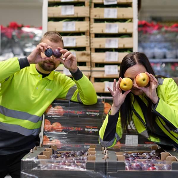 zamestnanci s ocami z ovocia