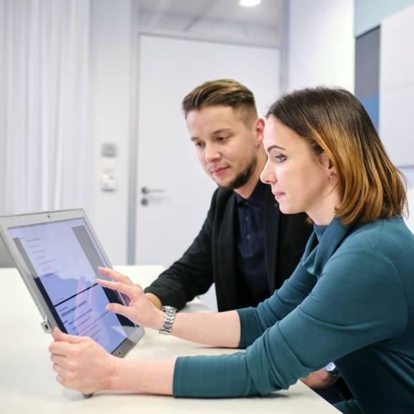 zamestnanci sa vzdelávajú na tablete